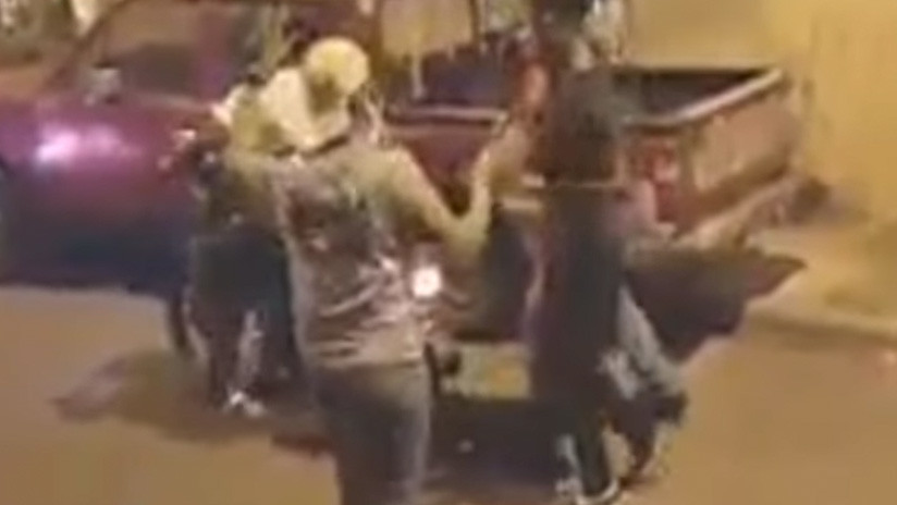 El tiro por la culata: Dos jóvenes intentan cometer un robo y terminan siendo asaltados (VIDEO)