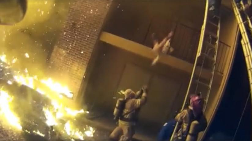 VIDEO: Un heroico bombero atrapa a un bebé arrojado desde un edificio en llamas
