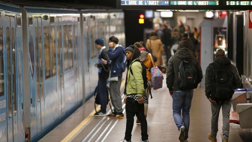 Filman como un pasajero muere desangrando en el metro de París sin ayudarlo