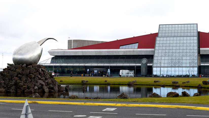8 pantalones y 10 camisas: niegan 2 veces el embarque a unturista en un aeropuerto islandés