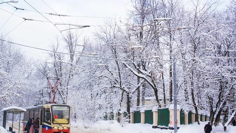 Calles blancas y esculturas de hielo: los rusos disfrutan de los contrastes del invierno moscovita
