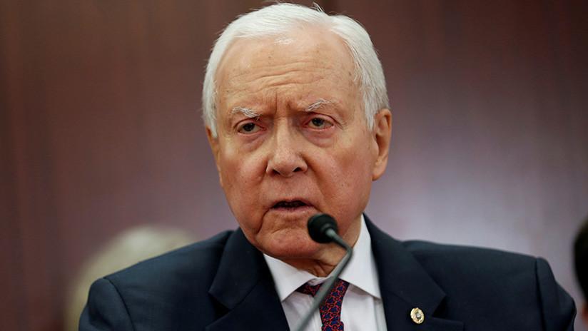 VIDEO: Senador de Utah trata de quitarse un par de lentes que no llevaba puestos y la Red se mofa