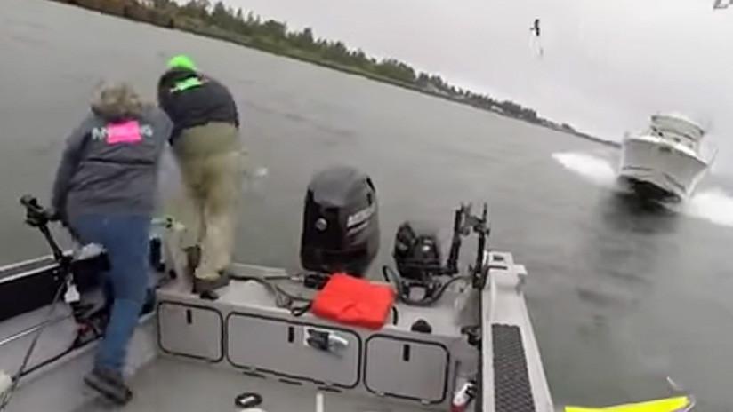 Angustioso: Pescadores saltan al agua segundos antes de colisionar con un yate (VIDEO)