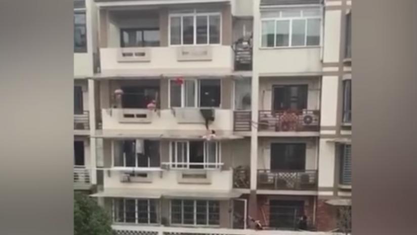 VIDEO: Este héroe arriesga su vida para salvar a una niña de tres años