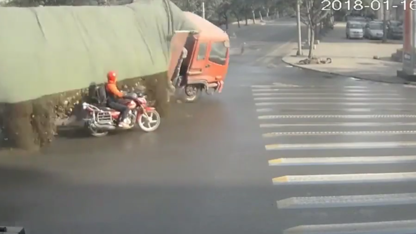 VIDEO: Un motociclista se libra por poco de morir sepultado por la carga de un camión