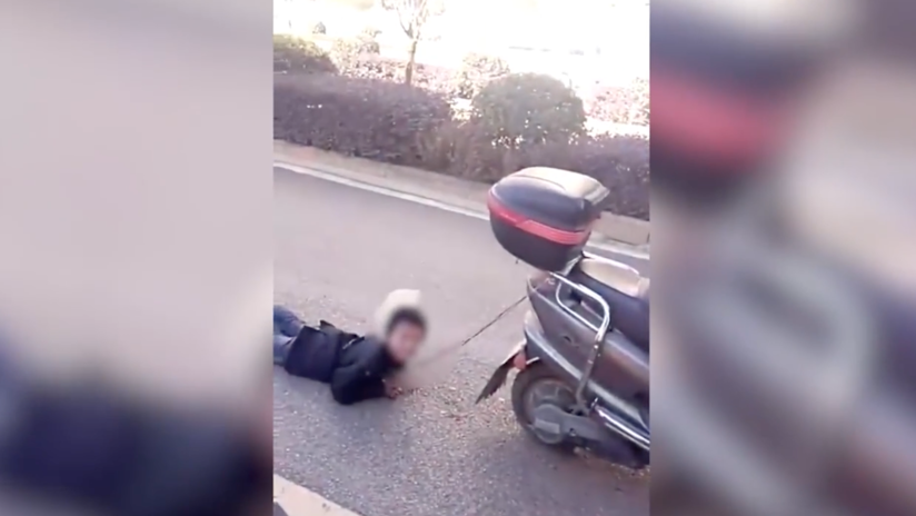 "Una china arrastra a su hijo con un 'scooter' porque ""es muy travieso"" (VIDEO)"