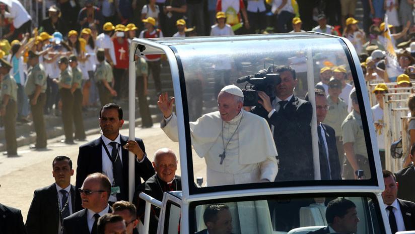 VIDEO: El papa Francisco auxilia a una policía que se cayó del caballo tras chocar con el papamóvil