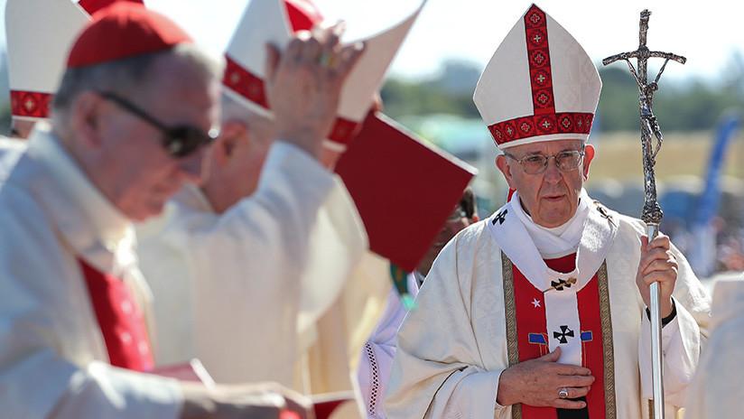 """""""Todo es calumnia. ¿Está claro?"""": Papa defiende a obispo chileno acusado de encubrir abusos (VIDEO)"""