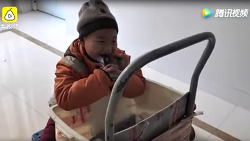 Niño reparte paquetes en el duro invierno para ganarse la vida después de que su madre lo abandonara