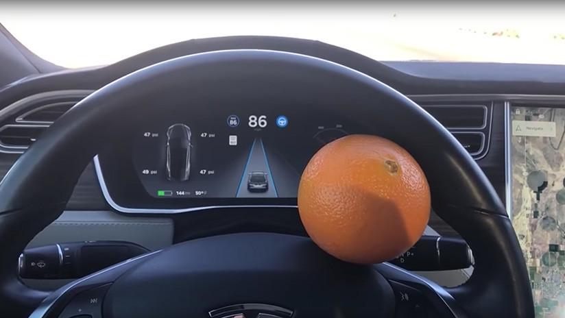 Una naranja engaña al piloto automático de un auto de Tesla (VIDEO)