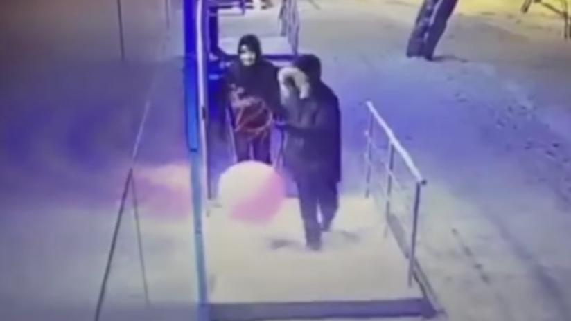 Intentan robar un cajero con un globo lleno de gas pero no les sale según sus planes (VIDEO)