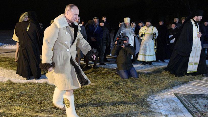 VIDEO: Putin viste un abrigo tradicional antes de sumergirse en un lago de aguas heladas