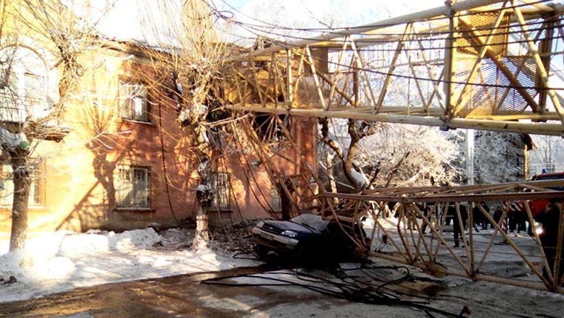 VIDEO: Una grúa se desploma sobre un edificio residencial en la ciudad rusa de Kírov