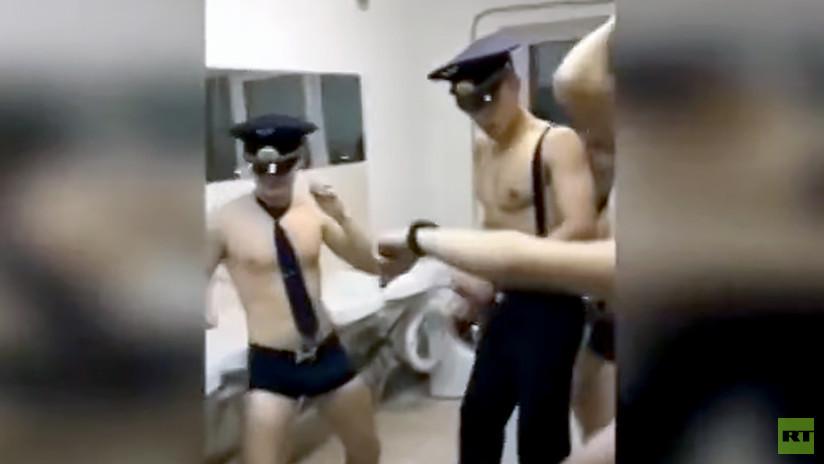 Cadetes de aviación rusa bailando semidesnudos causa polémica en redes