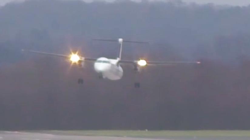 Avión realiza espectacular aterrizaje en medio del huracán Friederike (VIDEO)