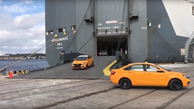 VIDEO: Rusia entrega 344 autos a Cuba para robustecer el servicio de taxi de la isla