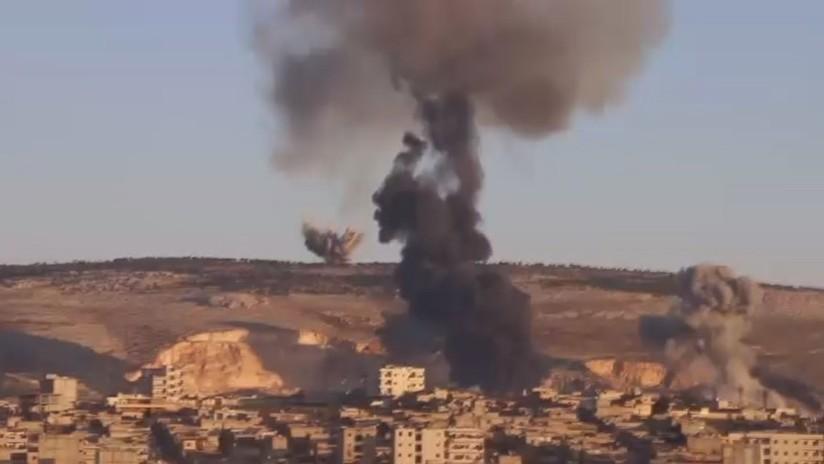 El momento en que caen las bombas turcas sobre la ciudad siria de Afrín
