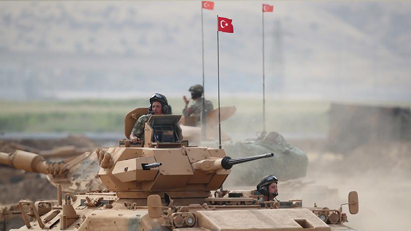 Tanques y otros vehículos blindados turcos entran en territorio sirio