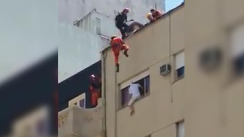 'Maniobra de película': Rescate espectacular de un hombre que amenazaba con saltar de un sexto piso