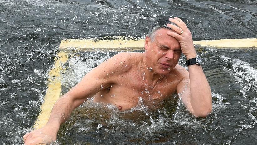 Embajador de EE.UU. en Moscú se sumerge en aguas heladas para acercarse al pueblo ruso (VIDEO)