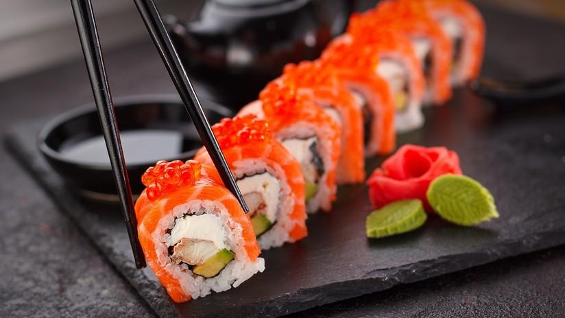 Un aficionado al sushi se saca una tenia de 1,5 metros