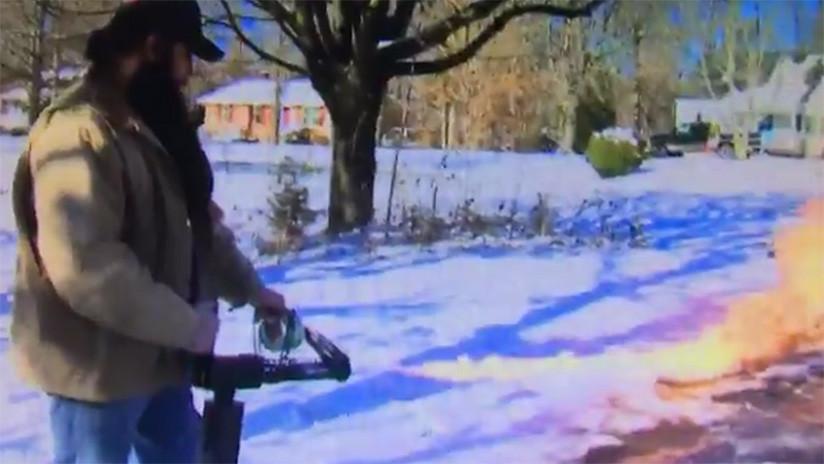 Un hombre usa un lanzallamas para quitar la nieve de la puerta de su casa (VIDEO)