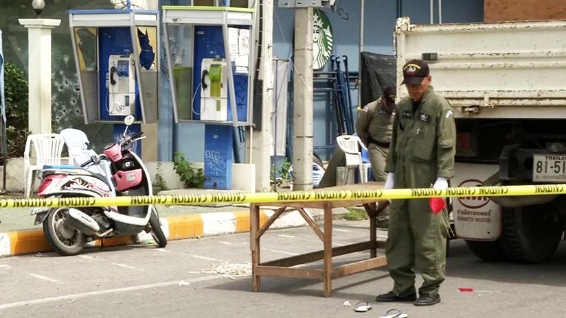 VIDEO: Una bomba adosada a una motocicleta mata a tres civiles y hiere a otros 19 en Tailandia