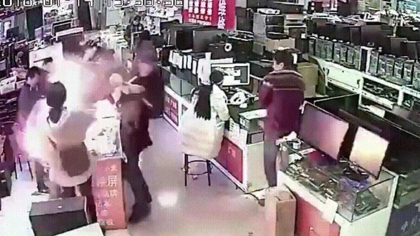VIDEO: Un hombre muerde un iPhone y el teléfono explota