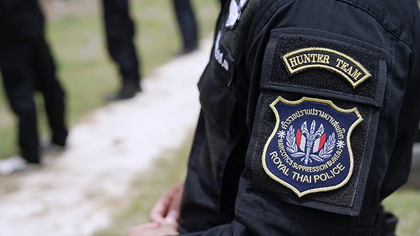 Un policía halla 200 pastillas de droga en el ano de un tailandés y posa junto al 'lugar del crimen'