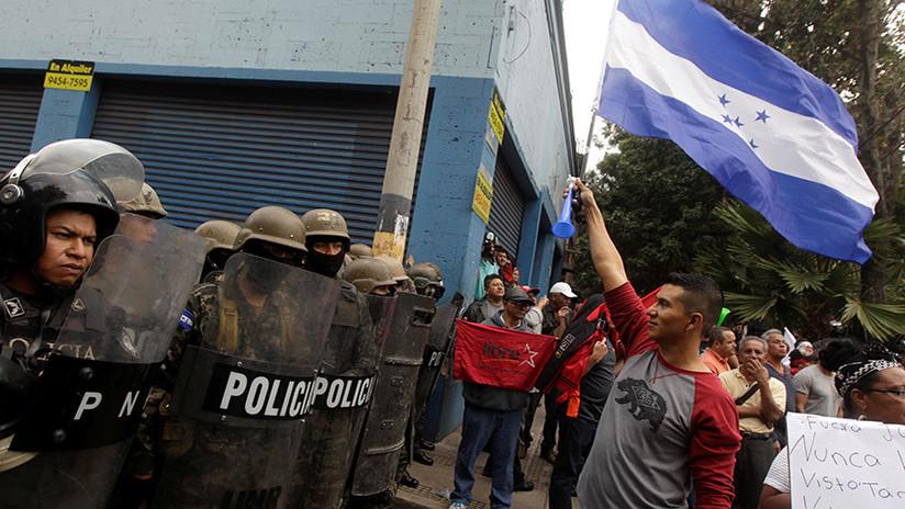 VIDEO: Mujeres hacen 'twerking' ante policías durante una protesta en Honduras