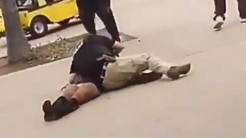 Investigan a un policía escolar que arrojó violentamente al suelo a una menor esposada (VIDEO)