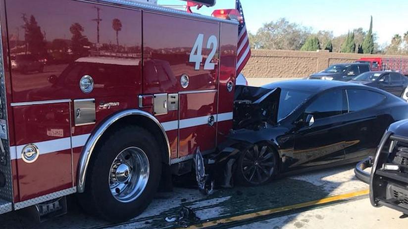 FOTO: Un Tesla en piloto automático se estrella contra un camión de bomberos