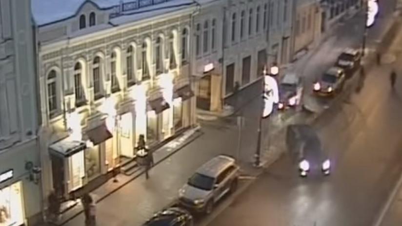 VIDEO: Un coche atropella a dos peatones en una acera en el centro de Moscú