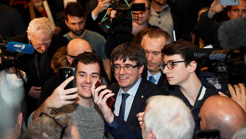 VIDEO: Un español aborda a Puigdemont en Dinamarca y le insta a besar la bandera de España
