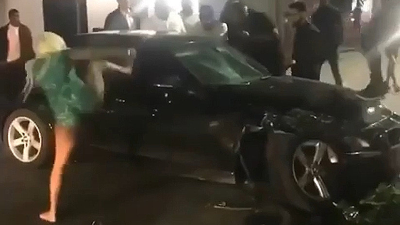 Una mujer destroza la ventana de un auto con varias patadas 'de kárate' (VIDEO)