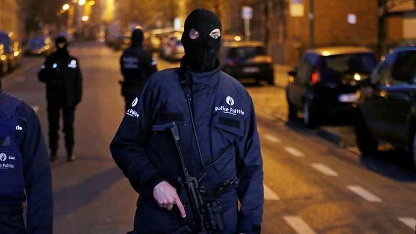 """VIDEO: Policías belgas disparan contra un hombre armado con un cuchillo que gritaba """"Alá es grande"""""""