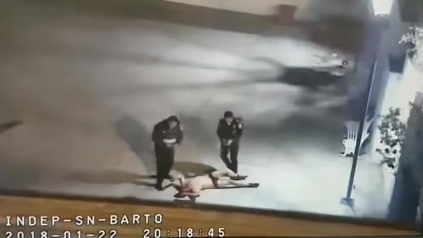 Policías rescatan a un hombre cuando era linchado en un pueblo de Ciudad de México (VIDEO)