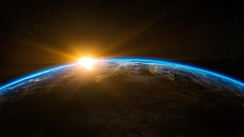 """""""Tiene que ser enorme"""": Internautas detectan un """"OVNI dorado"""" en una transmisión de la NASA (VIDEO)"""