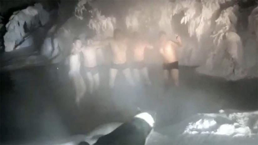62 grados bajo cero no fueron suficientes para disuadir a estos turistas de darse un baño (VIDEO)