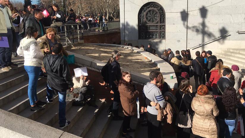 España: Miles de personas colapsan el centro de Madrid para entregar su currículo en un hotel