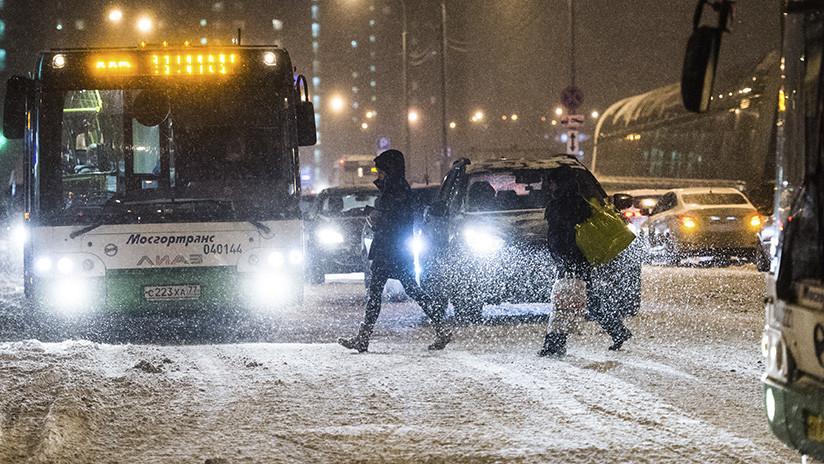 'Levántate y anda': Una rusa es arrollada por un auto pero sigue caminando como si nada (VIDEO)