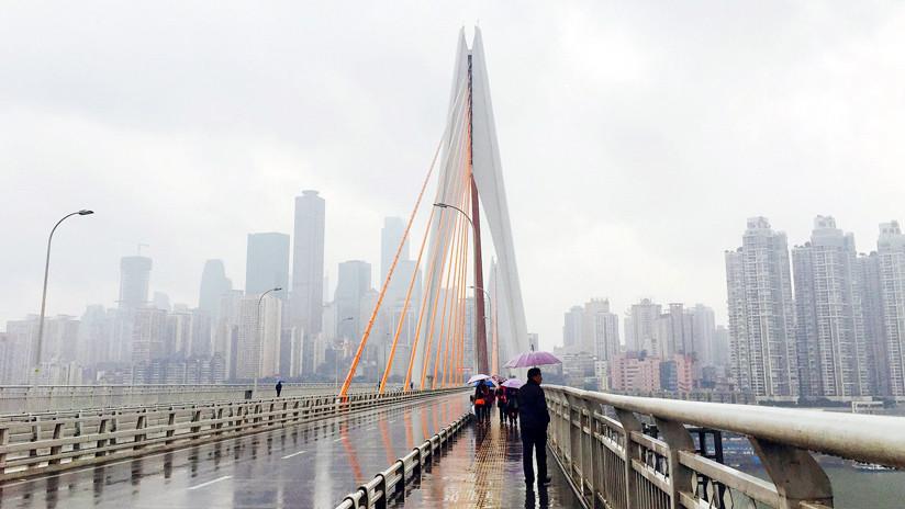 Un hombre se va a vivir debajo de un puente para descifrar la fórmula ganadora de la lotería (FOTOS)