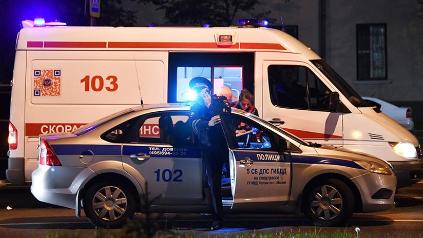 Un coche choca contra gente que esperaba en una parada de autobús en Moscú (FUERTES IMÁGENES 18+)