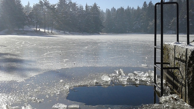 VIDEO: Turista japonés grita, salta y se baña en un río siberiano a 60 grados bajo cero