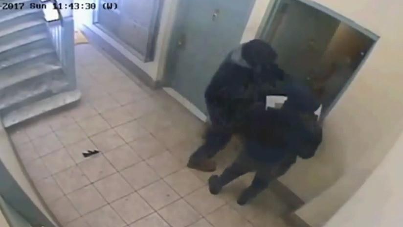VIDEO: Fingen una entrega pero ingresan al apartamento, atan a 8 personas y roban dinero