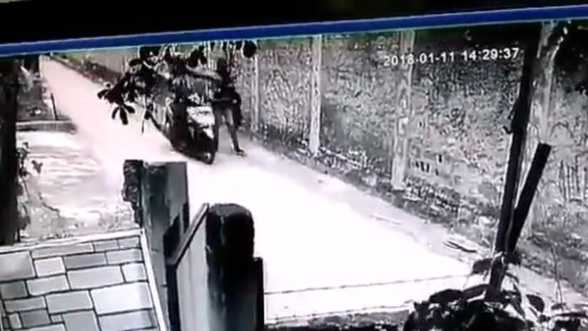 VIDEO: Motociclista acosa sexualmente a una mujer y se da a la fuga