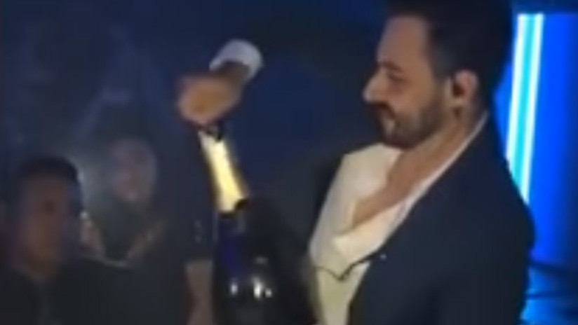 VIDEO: Destapa una botella de champán y pierde 42.000 dólares en un segundo