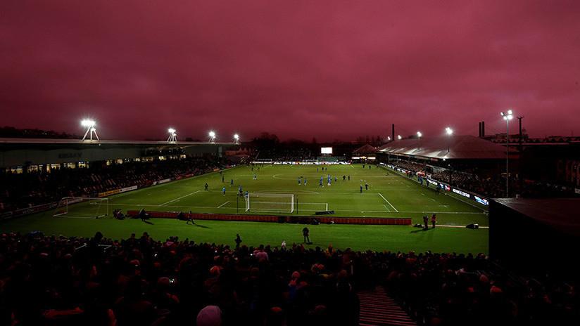 ¿Llegan los extraterrestres? El cielo se tiñe de violeta durante un partido del Tottenham (FOTOS)