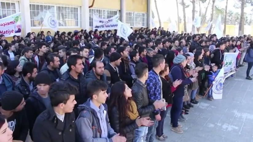 """EE.UU. observa cómo sangramos los kurdos"": Kobani protesta contra la ofensiva turca (VIDEO)"