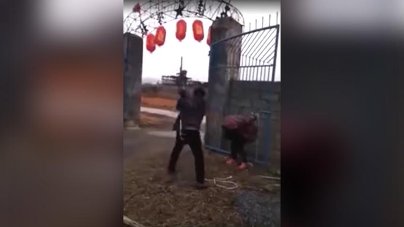 China: ladrona que mató a un perro recibe una brutal paliza (FUERTE VIDEO)